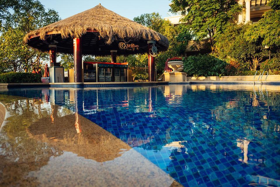 piscine coque acrylique semi-enterrée