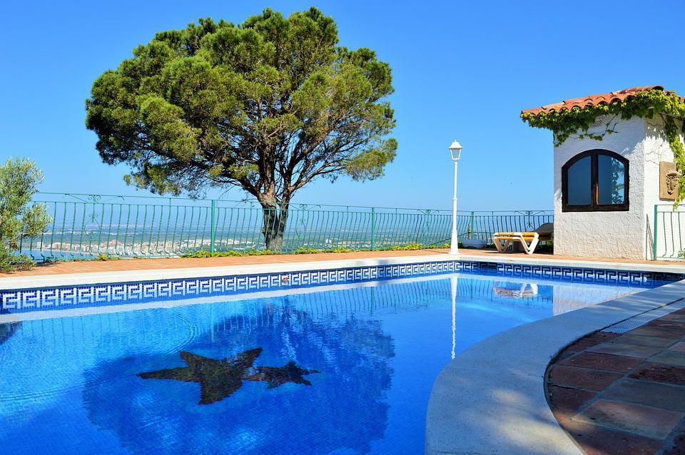 piscine coque acrylique prix